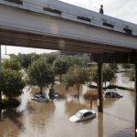 automviles-varados-por-las-fuertes-lluvias-que-se-registraron-este-martes-en-houston-texas