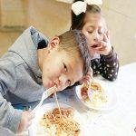 Niños comiendo1