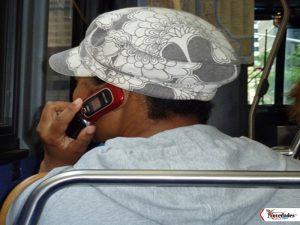 mujer-telefono-bus-fdg1